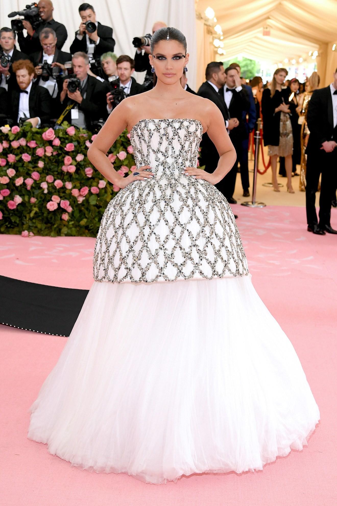 Met Gala 2019: Khó ai hơn được Lady Gaga với bộ váy biến hình 4 lần, nhưng chặt chém không kém là nam nhân dát vàng nằm kiệu - Ảnh 14.