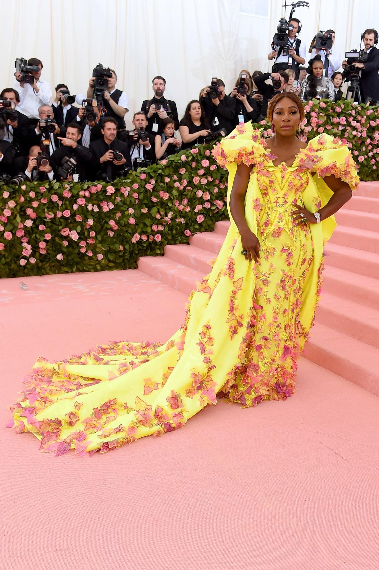 Met Gala 2019: Khó ai hơn được Lady Gaga với bộ váy biến hình 4 lần, nhưng chặt chém không kém là nam nhân dát vàng nằm kiệu - Ảnh 20.