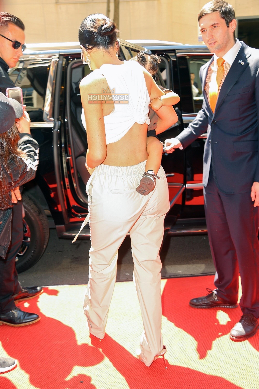 Bà hot và đáng ghen tị nhất Hollywood Kylie Jenner: Bế con thôi cũng sang chảnh hết phần người khác! - Ảnh 2.
