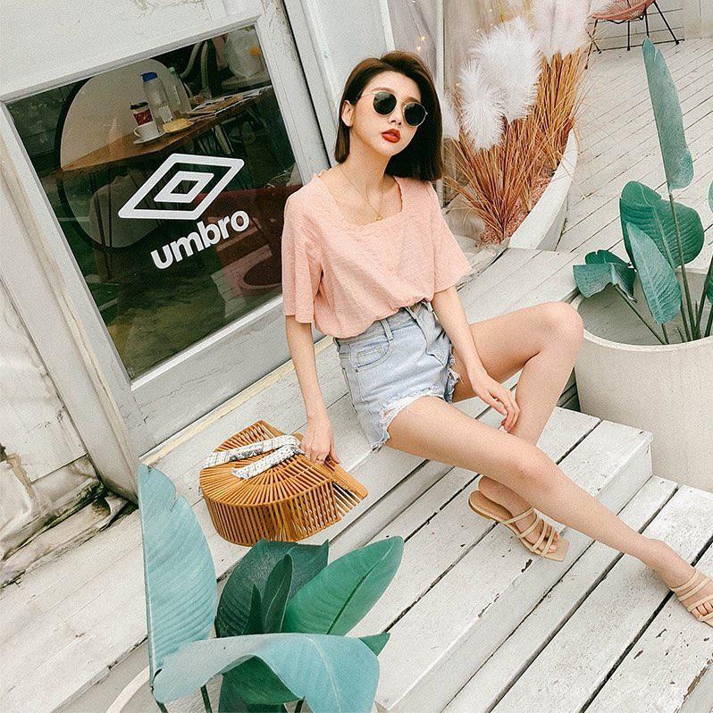 Đếm sơ sơ đã có 6 mẫu áo blouse xinh không để đâu cho hết giúp nàng công sở mặc đẹp suốt hè này - Ảnh 1.