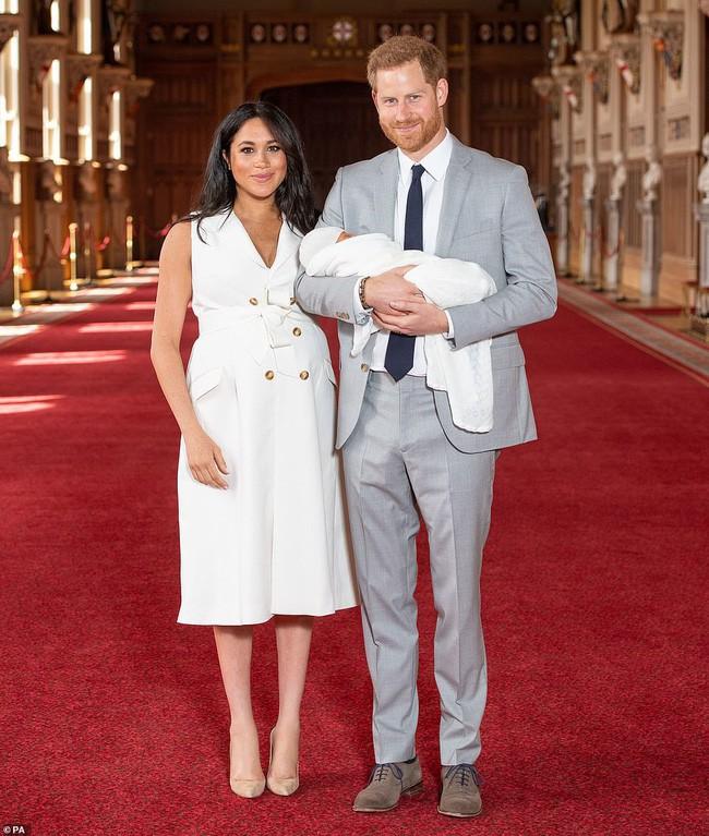 Vợ chồng hoàng tử Harry cùng con trai đầu lòng lần đầu tiên xuất hiện trước công chúng - Ảnh 1.