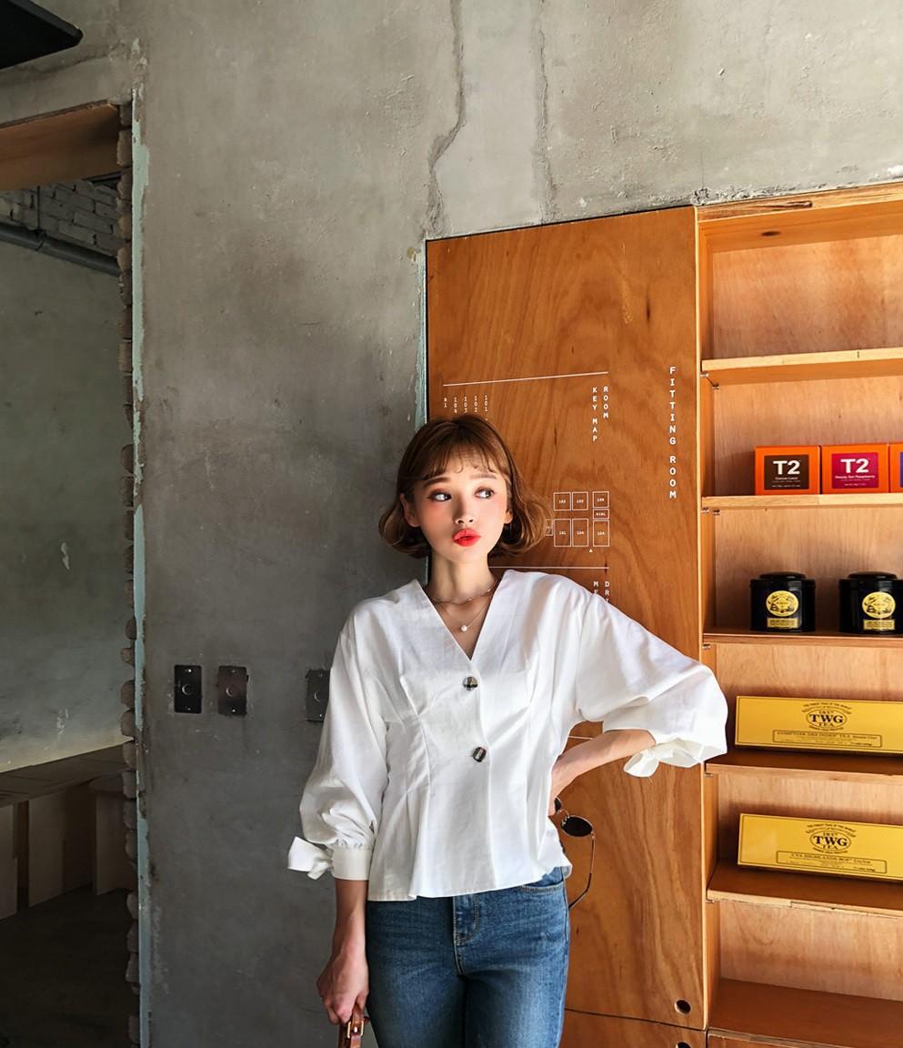 Đếm sơ sơ đã có 6 mẫu áo blouse xinh không để đâu cho hết giúp nàng công sở mặc đẹp suốt hè này - Ảnh 11.