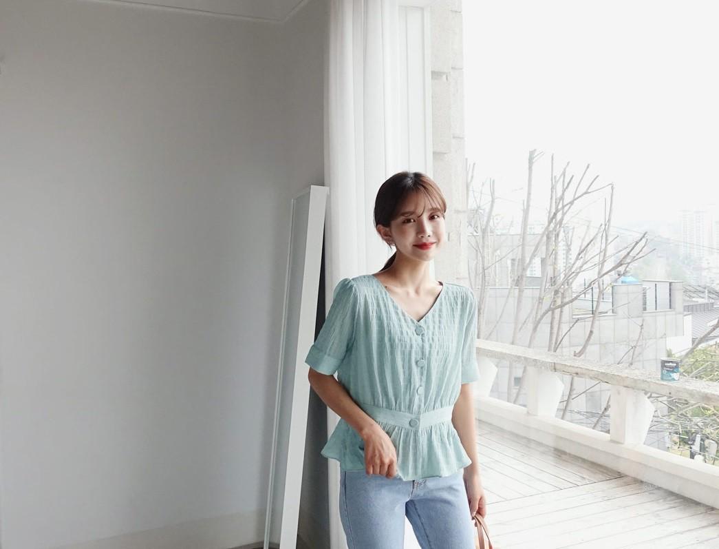 Đếm sơ sơ đã có 6 mẫu áo blouse xinh không để đâu cho hết giúp nàng công sở mặc đẹp suốt hè này - Ảnh 12.
