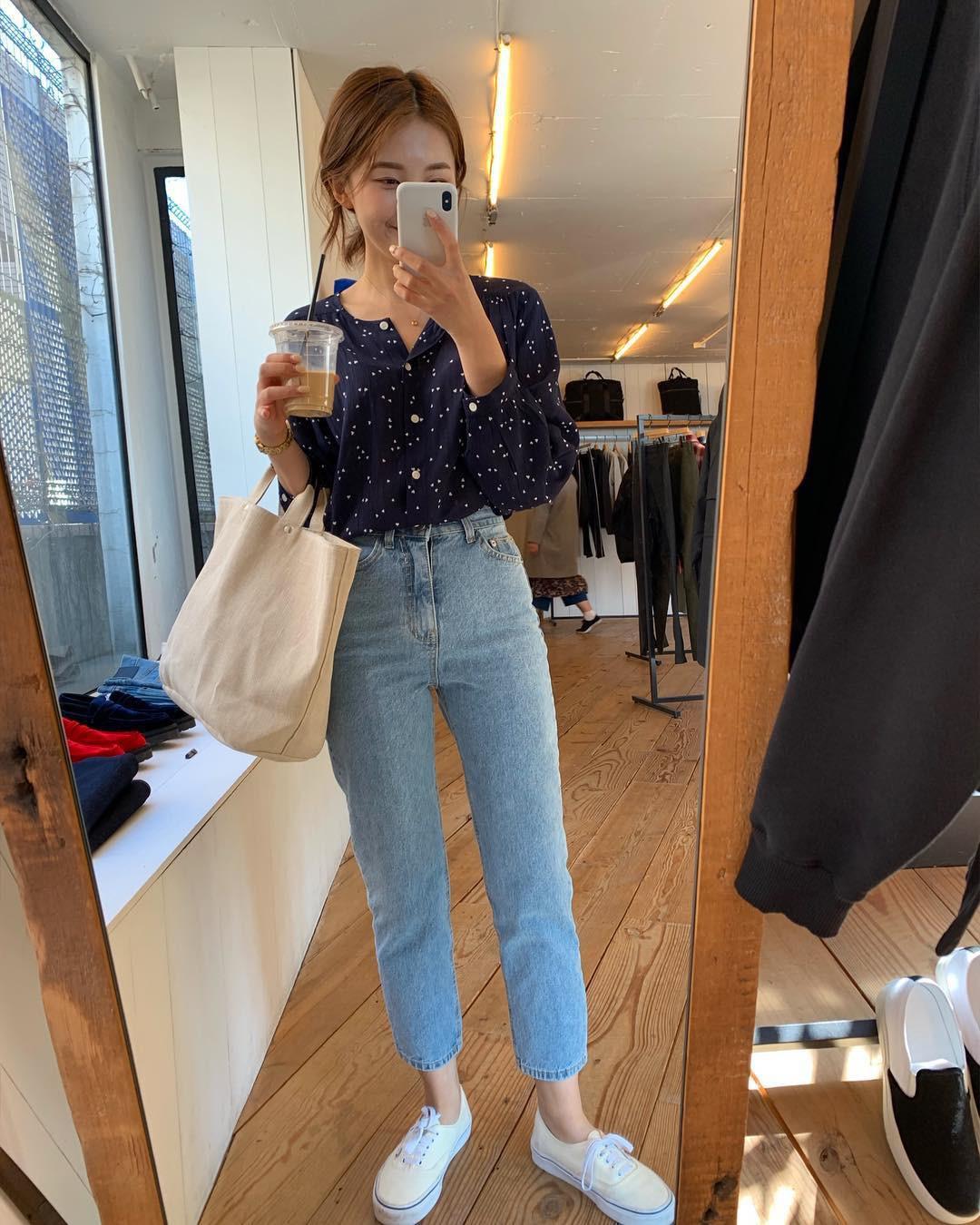 Đếm sơ sơ đã có 6 mẫu áo blouse xinh không để đâu cho hết giúp nàng công sở mặc đẹp suốt hè này - Ảnh 19.
