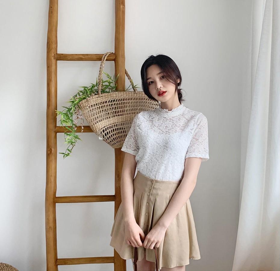 Đếm sơ sơ đã có 6 mẫu áo blouse xinh không để đâu cho hết giúp nàng công sở mặc đẹp suốt hè này - Ảnh 21.