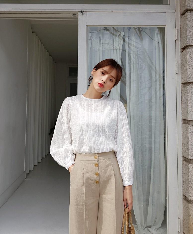 Đếm sơ sơ đã có 6 mẫu áo blouse xinh không để đâu cho hết giúp nàng công sở mặc đẹp suốt hè này - Ảnh 22.