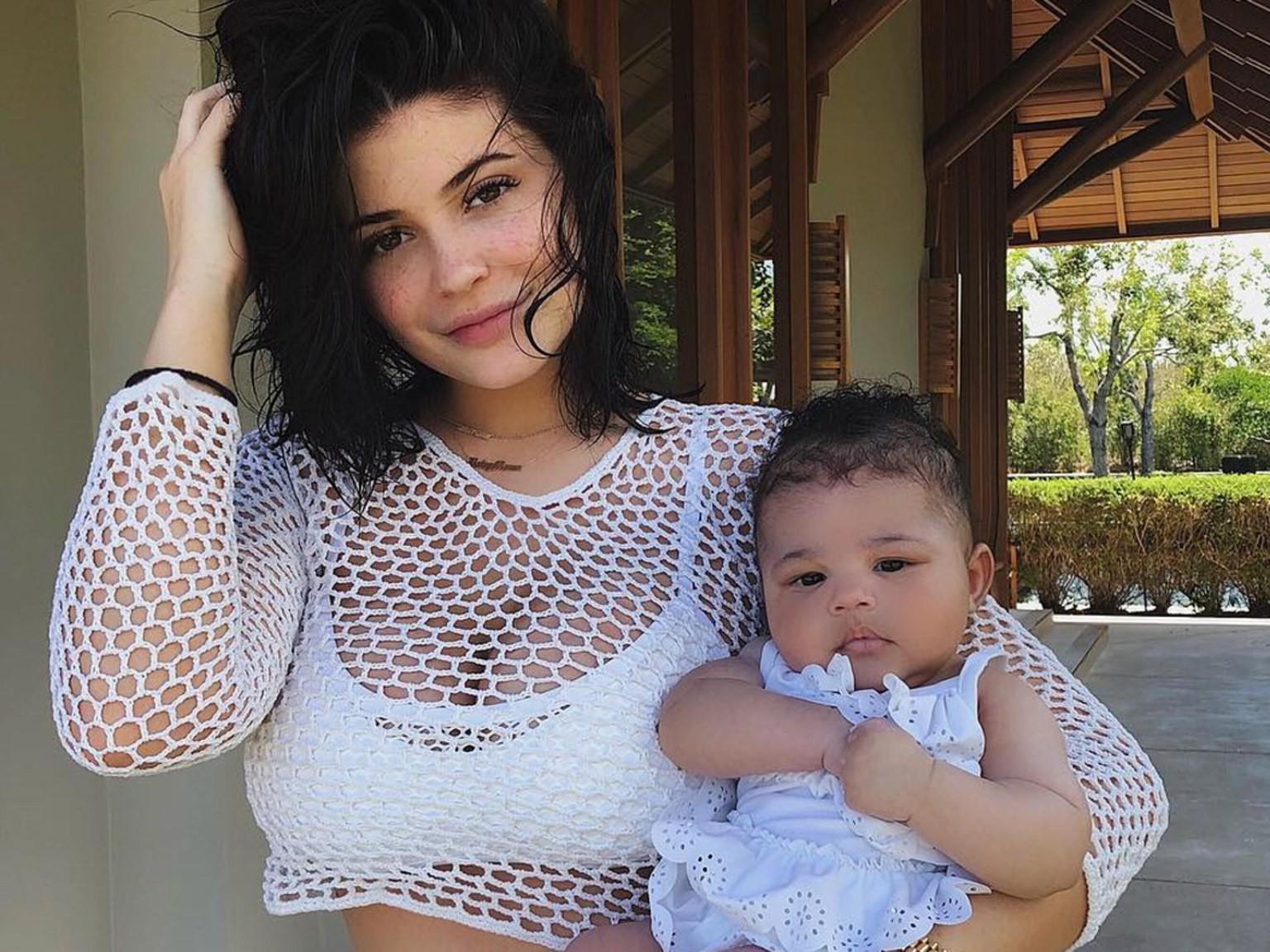 Bà hot và đáng ghen tị nhất Hollywood Kylie Jenner: Bế con thôi cũng sang chảnh hết phần người khác! - Ảnh 4.