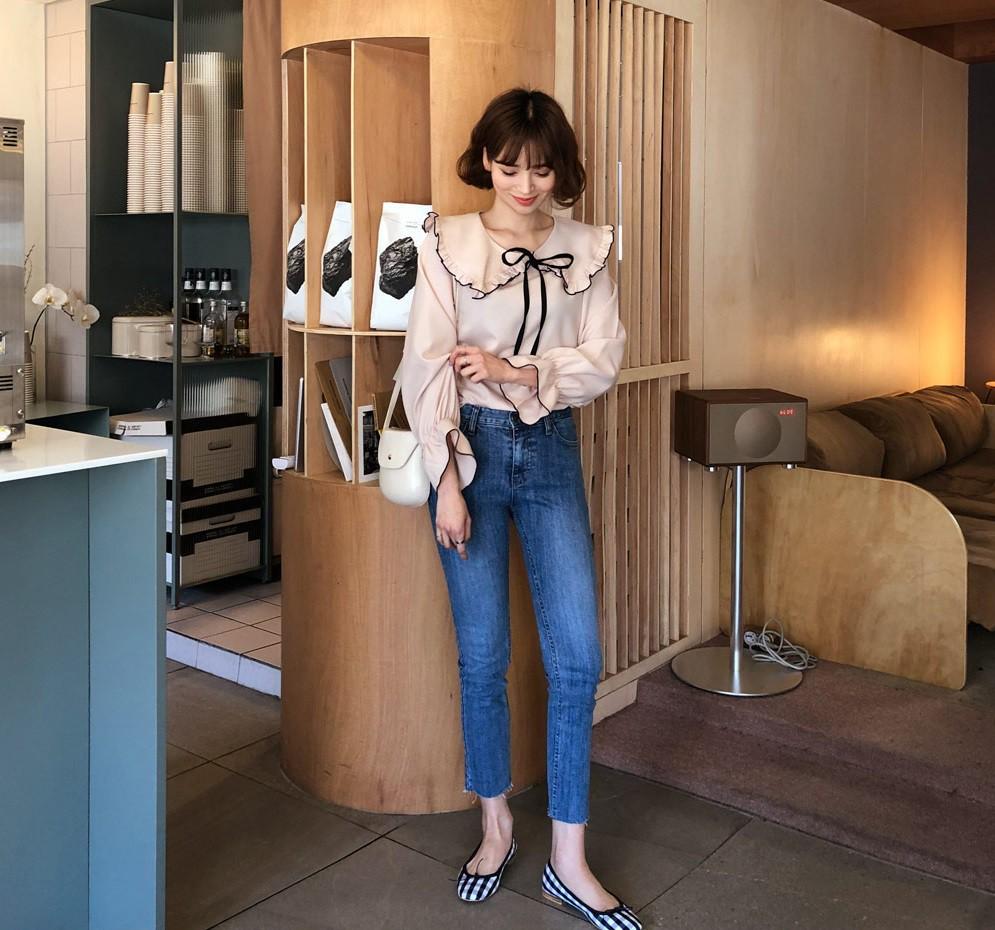 Đếm sơ sơ đã có 6 mẫu áo blouse xinh không để đâu cho hết giúp nàng công sở mặc đẹp suốt hè này - Ảnh 6.