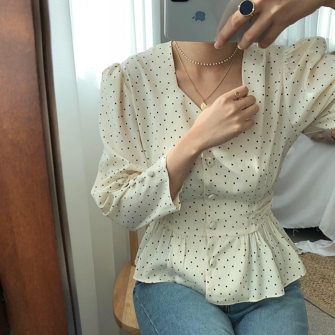 Đếm sơ sơ đã có 6 mẫu áo blouse xinh không để đâu cho hết giúp nàng công sở mặc đẹp suốt hè này - Ảnh 9.