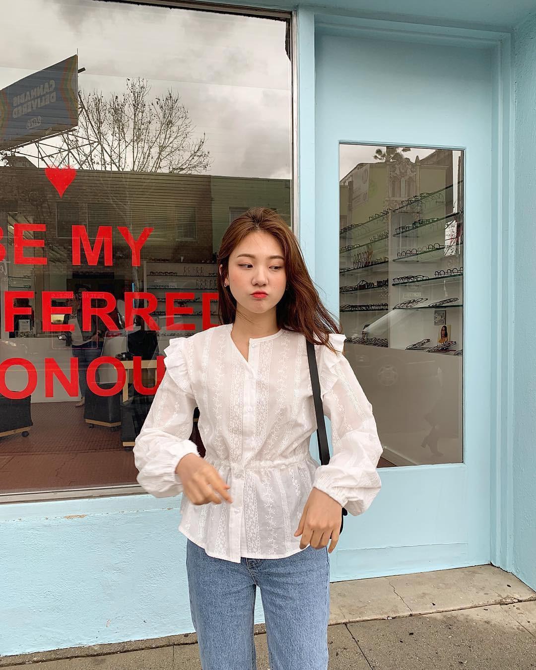 Đếm sơ sơ đã có 6 mẫu áo blouse xinh không để đâu cho hết giúp nàng công sở mặc đẹp suốt hè này - Ảnh 10.
