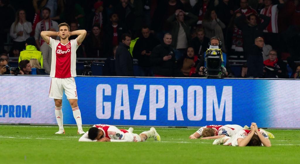 Nhói lòng khoảnh khắc cầu thủ Ajax đồng loạt đổ gục xuống mặt cỏ sau khi bị đội của Son Heung-min kết liễu ở giây bù giờ cuối cùng - Ảnh 2.