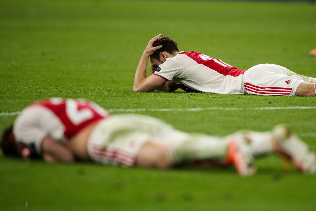 Nhói lòng khoảnh khắc cầu thủ Ajax đồng loạt đổ gục xuống mặt cỏ sau khi bị đội của Son Heung-min kết liễu ở giây bù giờ cuối cùng - Ảnh 3.