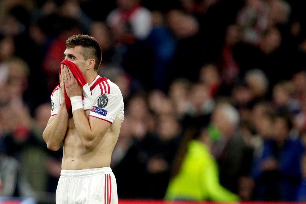 Nhói lòng khoảnh khắc cầu thủ Ajax đồng loạt đổ gục xuống mặt cỏ sau khi bị đội của Son Heung-min kết liễu ở giây bù giờ cuối cùng - Ảnh 10.