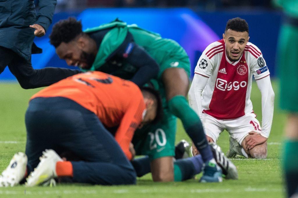 Nhói lòng khoảnh khắc cầu thủ Ajax đồng loạt đổ gục xuống mặt cỏ sau khi bị đội của Son Heung-min kết liễu ở giây bù giờ cuối cùng - Ảnh 4.