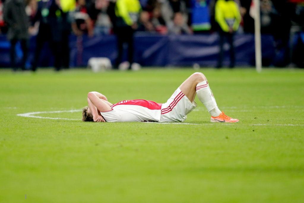 Nhói lòng khoảnh khắc cầu thủ Ajax đồng loạt đổ gục xuống mặt cỏ sau khi bị đội của Son Heung-min kết liễu ở giây bù giờ cuối cùng - Ảnh 5.