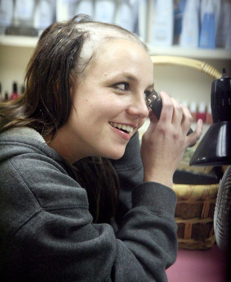 Britney Spears hủy tour rồi biến mất 3 tháng, Miley Cyrus hô vang Free Britney ngay giữa concert: chuyện gì đây? - Ảnh 1.