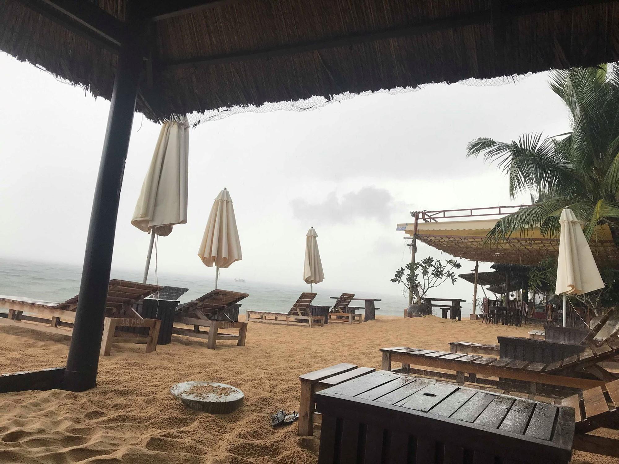 Khách du lịch đứng hình khi thấy dòng nước đen ngòm tràn thẳng từ cống ra biển Phú Quốc - Ảnh 3.