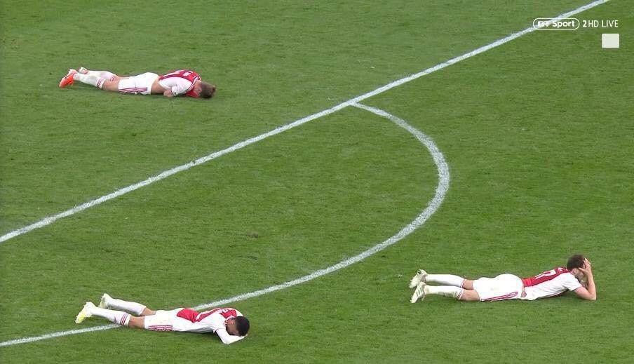 Nhói lòng khoảnh khắc cầu thủ Ajax đồng loạt đổ gục xuống mặt cỏ sau khi bị đội của Son Heung-min kết liễu ở giây bù giờ cuối cùng - Ảnh 1.