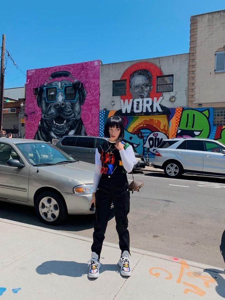 """Nhìn khu phố nghệ thuật mà Châu Bùi và Decao vừa check-in mà chỉ biết """"mắt tròn mắt dẹt"""" vì đẹp không thua gì phim trường Hollywood - Ảnh 1."""