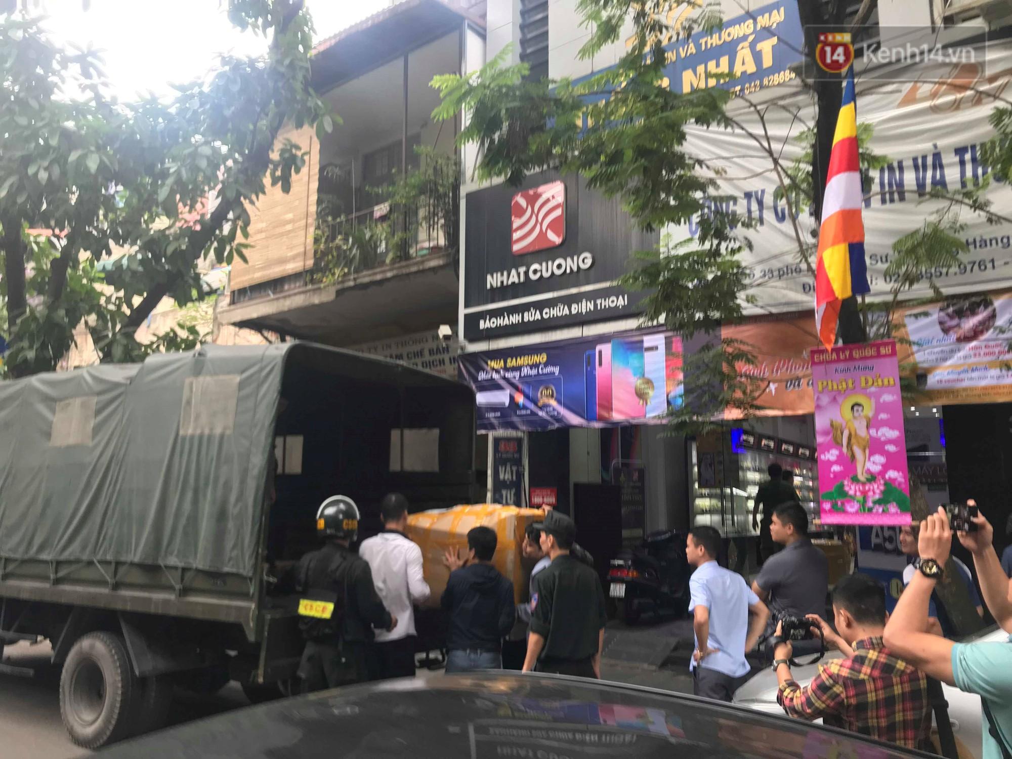 Nóng: Sau khi thu giữ nhiều thùng giấy tại cửa hàng Nhật Cường mobile, Công an phong tỏa chung cư Golden Westlake để tiếp tục khám xét - Ảnh 7.