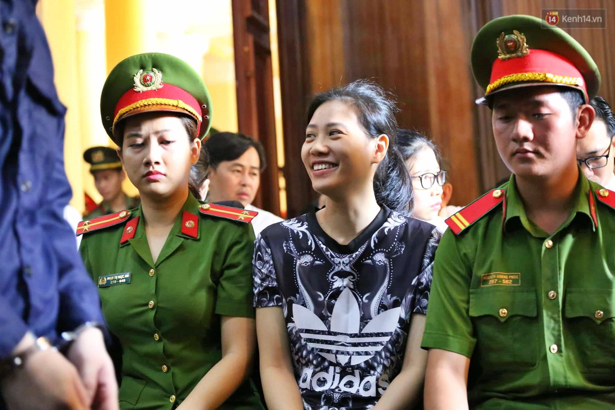 Ông trùm Văn Kính Dương vẫn cười dù bị đề nghị tử hình, hotgirl Ngọc Miu bật khóc khi VKS đưa mức án 20 năm tù - Ảnh 8.