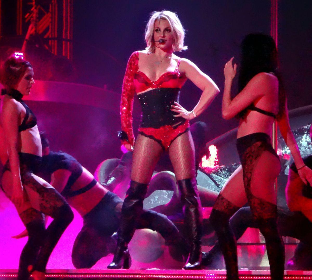 Britney Spears hủy tour rồi biến mất 3 tháng, Miley Cyrus hô vang Free Britney ngay giữa concert: chuyện gì đây? - Ảnh 5.