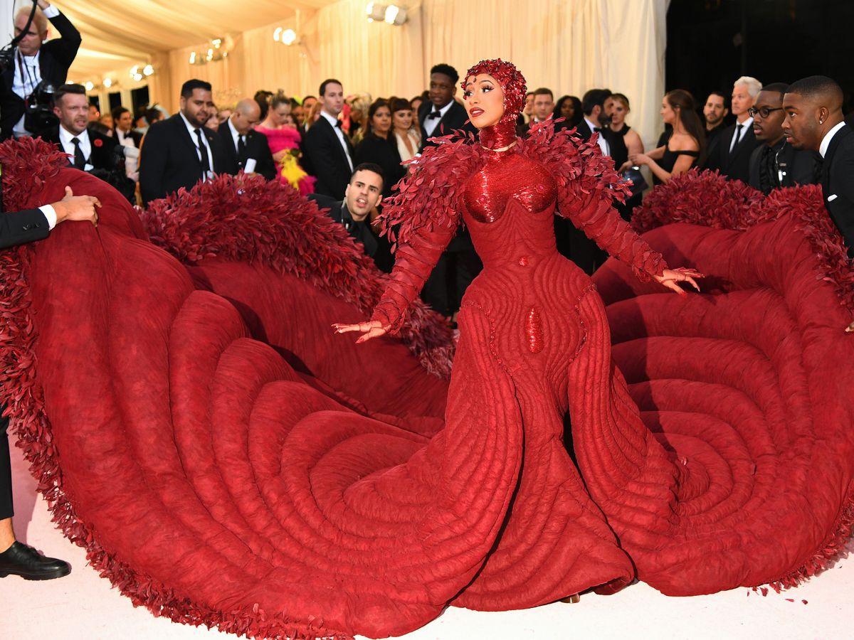 Các người đẹp chật vật vì trang phục Met Gala: Kim mặc corset bó chịt như gãy xương sườn, Cardi B và Katy Perry lên đồ vất vả như gập gym - Ảnh 10.