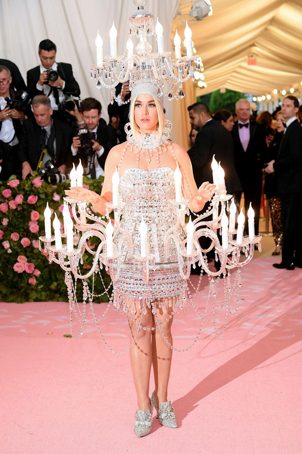 Các người đẹp chật vật vì trang phục Met Gala: Kim mặc corset bó chịt như gãy xương sườn, Cardi B và Katy Perry lên đồ vất vả như gập gym - Ảnh 11.