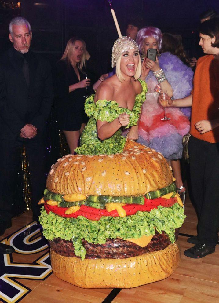 Các người đẹp chật vật vì trang phục Met Gala: Kim mặc corset bó chịt như gãy xương sườn, Cardi B và Katy Perry lên đồ vất vả như gập gym - Ảnh 13.