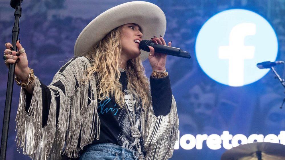 Britney Spears hủy tour rồi biến mất 3 tháng, Miley Cyrus hô vang Free Britney ngay giữa concert: chuyện gì đây? - Ảnh 9.