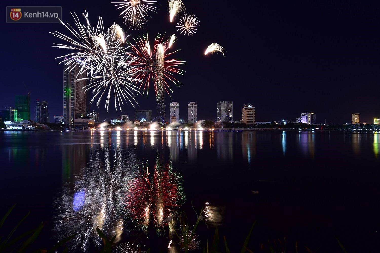 Ngắm màn tranh tài giữa Việt Nam và Nga mở màn Lễ hội pháo hoa quốc tế 2019 tại hồ bơi sang chảnh của khách sạn cao nhất Đà Nẵng - Ảnh 2.