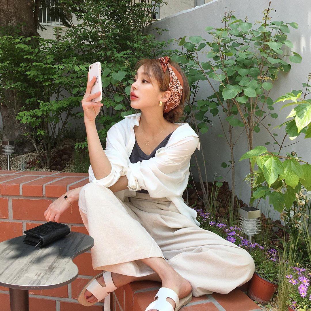 Street style các hot girl bán hàng Hàn Quốc tuần qua: 10 cách lên đồ không chụp OOTD hơi phí cho cuối tuần lẫn du lịch nghỉ dưỡng - Ảnh 1.