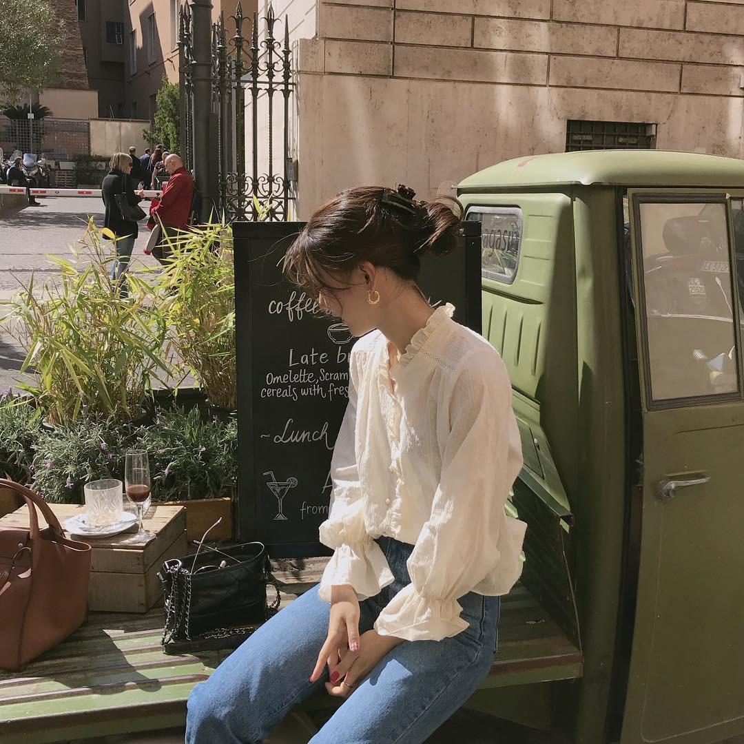 10 set đồ với áo blouse trắng dưới đây sẽ là cẩm nang mặc đẹp cho các chị em công sở suốt hè này - Ảnh 1.