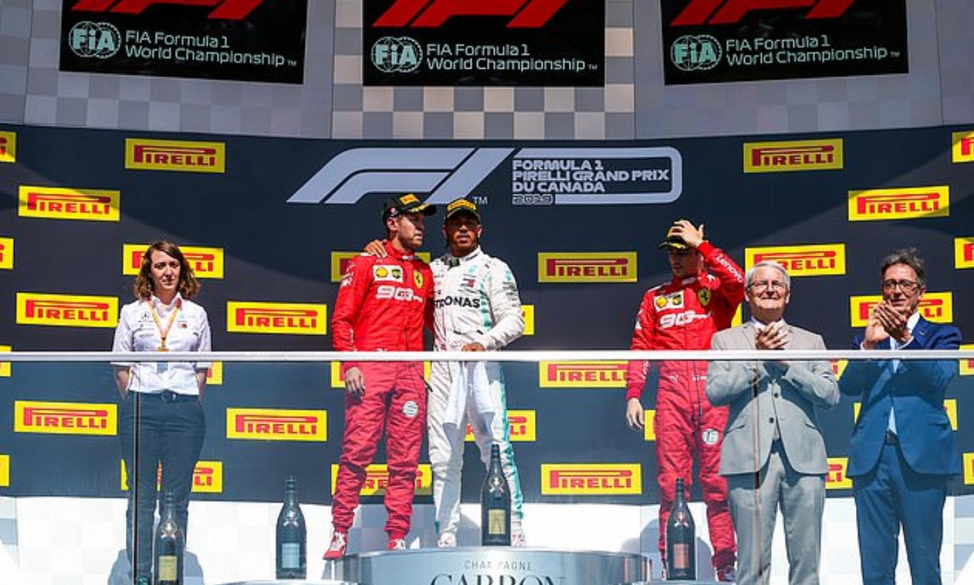 Drama cực mạnh trên đường đua F1: Cựu vô địch thế giới tự ý thay đổi vị trí xe về đích, đứng luôn lên bục podium cùng tay đua thắng cuộc - Ảnh 7.