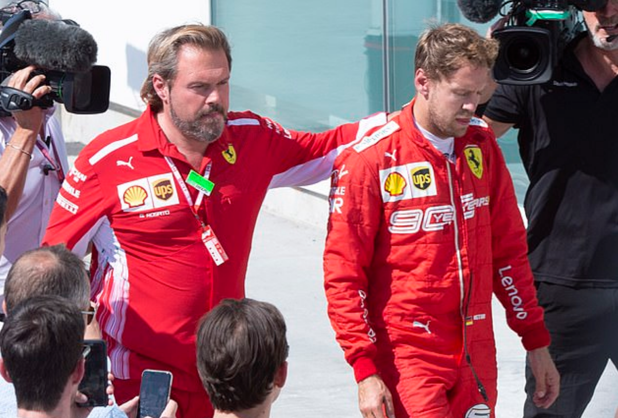 Drama cực mạnh trên đường đua F1: Cựu vô địch thế giới tự ý thay đổi vị trí xe về đích, đứng luôn lên bục podium cùng tay đua thắng cuộc - Ảnh 6.