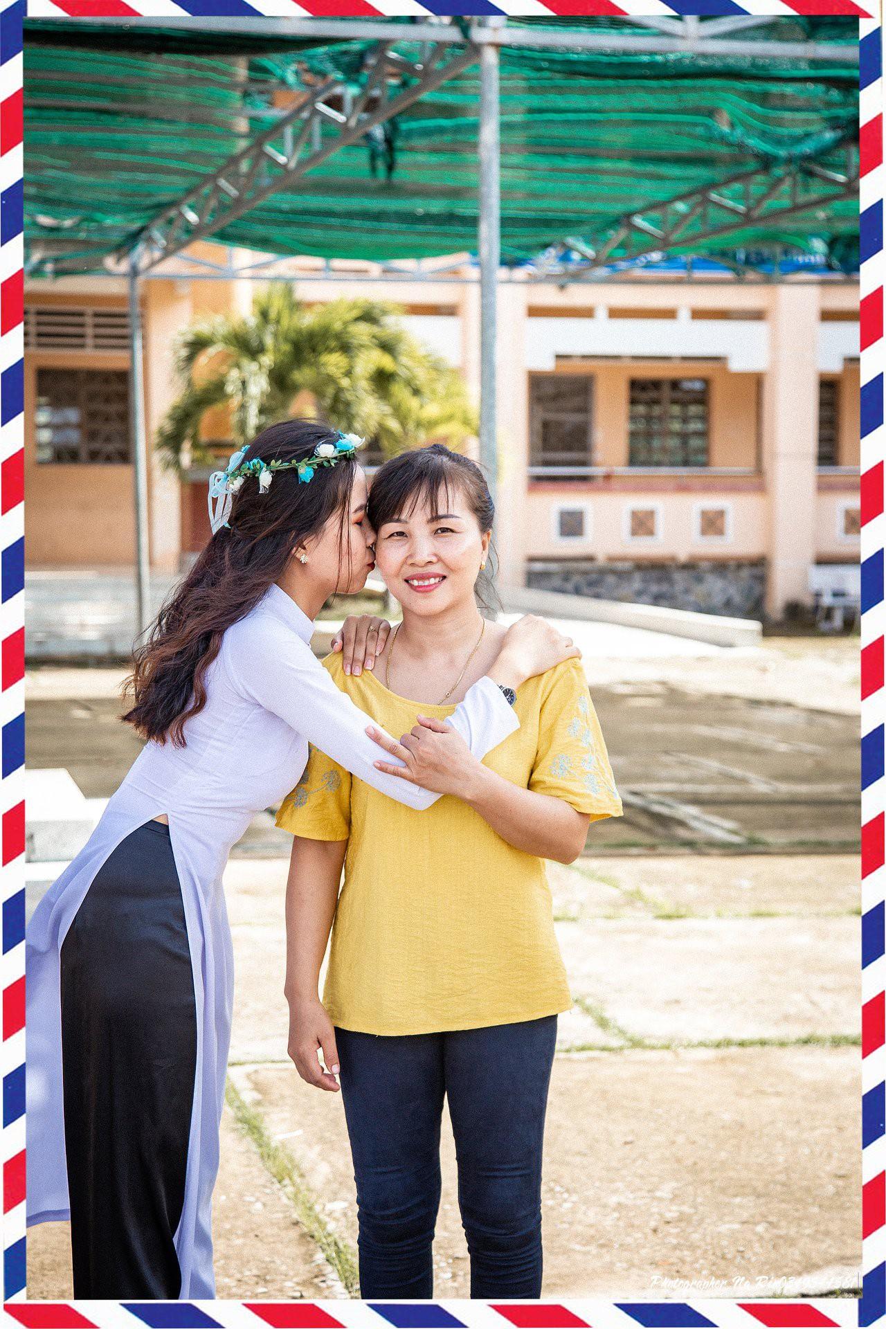 Hôn bố mẹ trong lễ tri ân, bộ ảnh đơn giản mà ý nghĩa của học sinh lớp 12 khiến nhiều người nghẹn ngào - Ảnh 1.