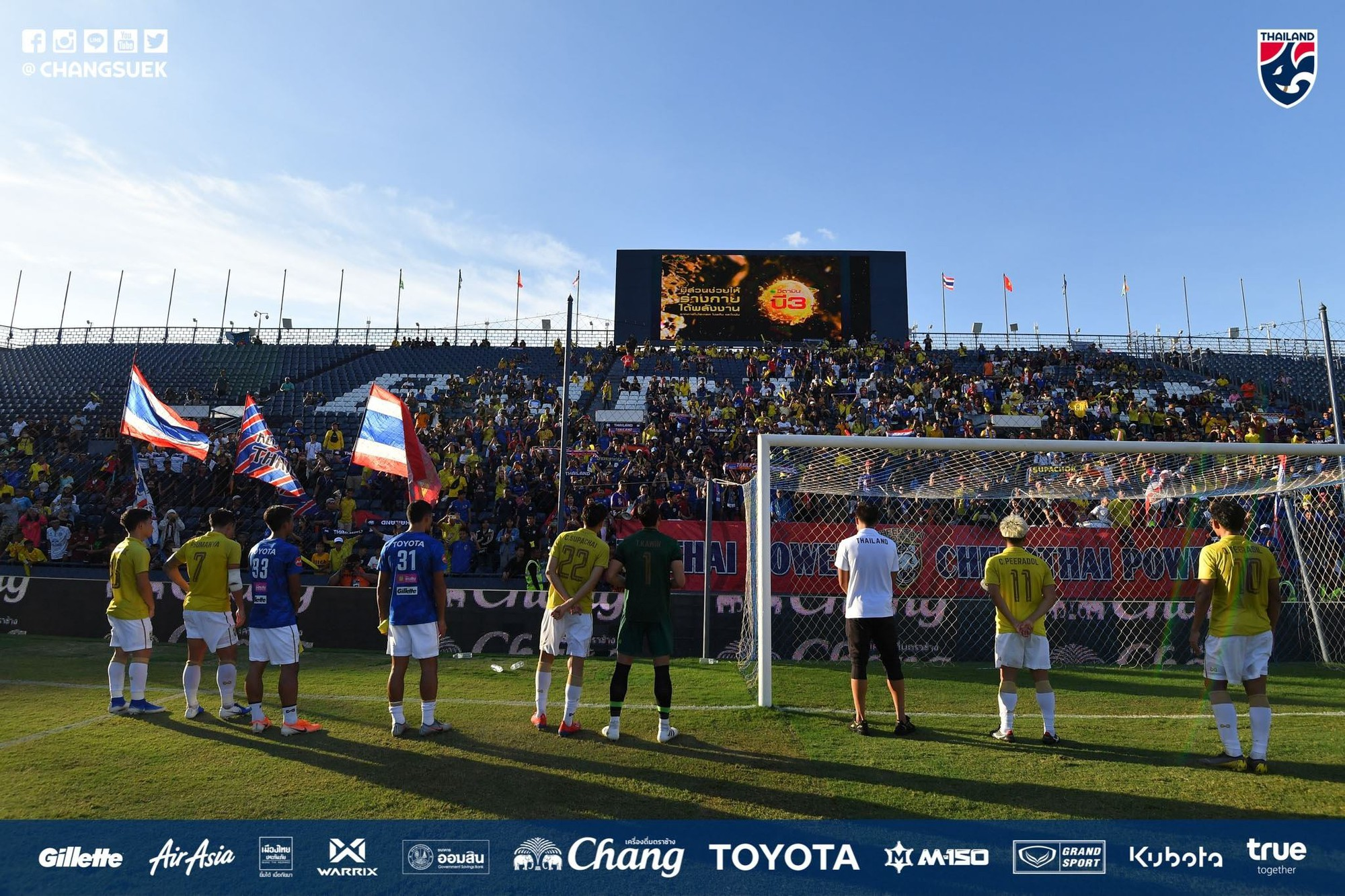 Chưa hết cay đắng sau thất bại trước Việt Nam, tuyển Thái Lan còn bị fan nước nhà phản đối vì lý do bất ngờ này - Ảnh 1.