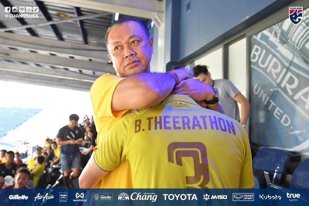 Chưa hết cay đắng sau thất bại trước Việt Nam, tuyển Thái Lan còn bị fan nước nhà phản đối vì lý do bất ngờ này - Ảnh 2.