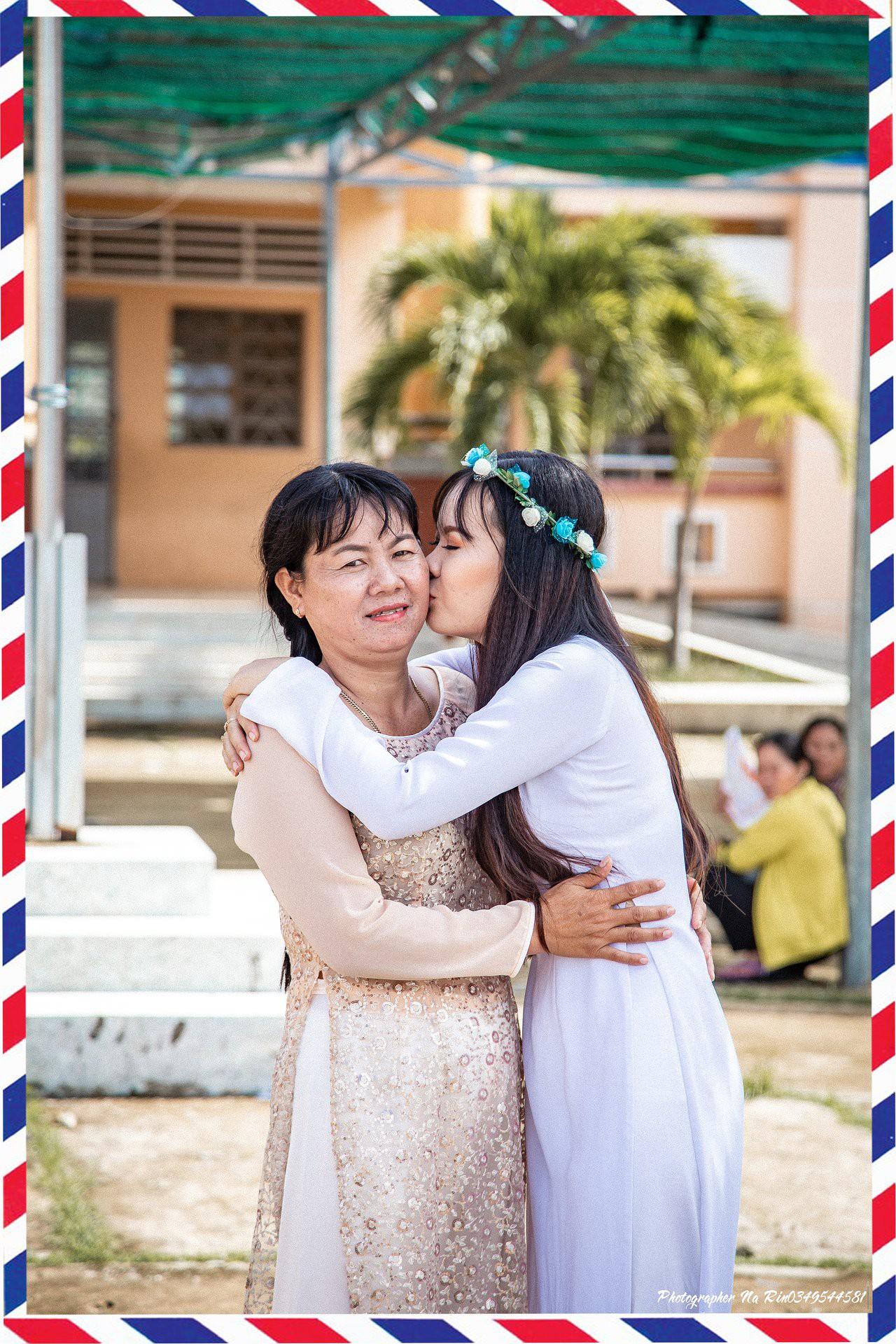Hôn bố mẹ trong lễ tri ân, bộ ảnh đơn giản mà ý nghĩa của học sinh lớp 12 khiến nhiều người nghẹn ngào - Ảnh 3.