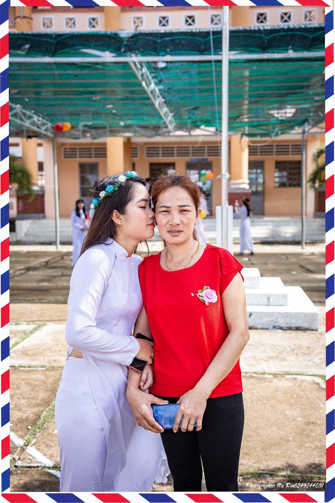 Hôn bố mẹ trong lễ tri ân, bộ ảnh đơn giản mà ý nghĩa của học sinh lớp 12 khiến nhiều người nghẹn ngào - Ảnh 4.