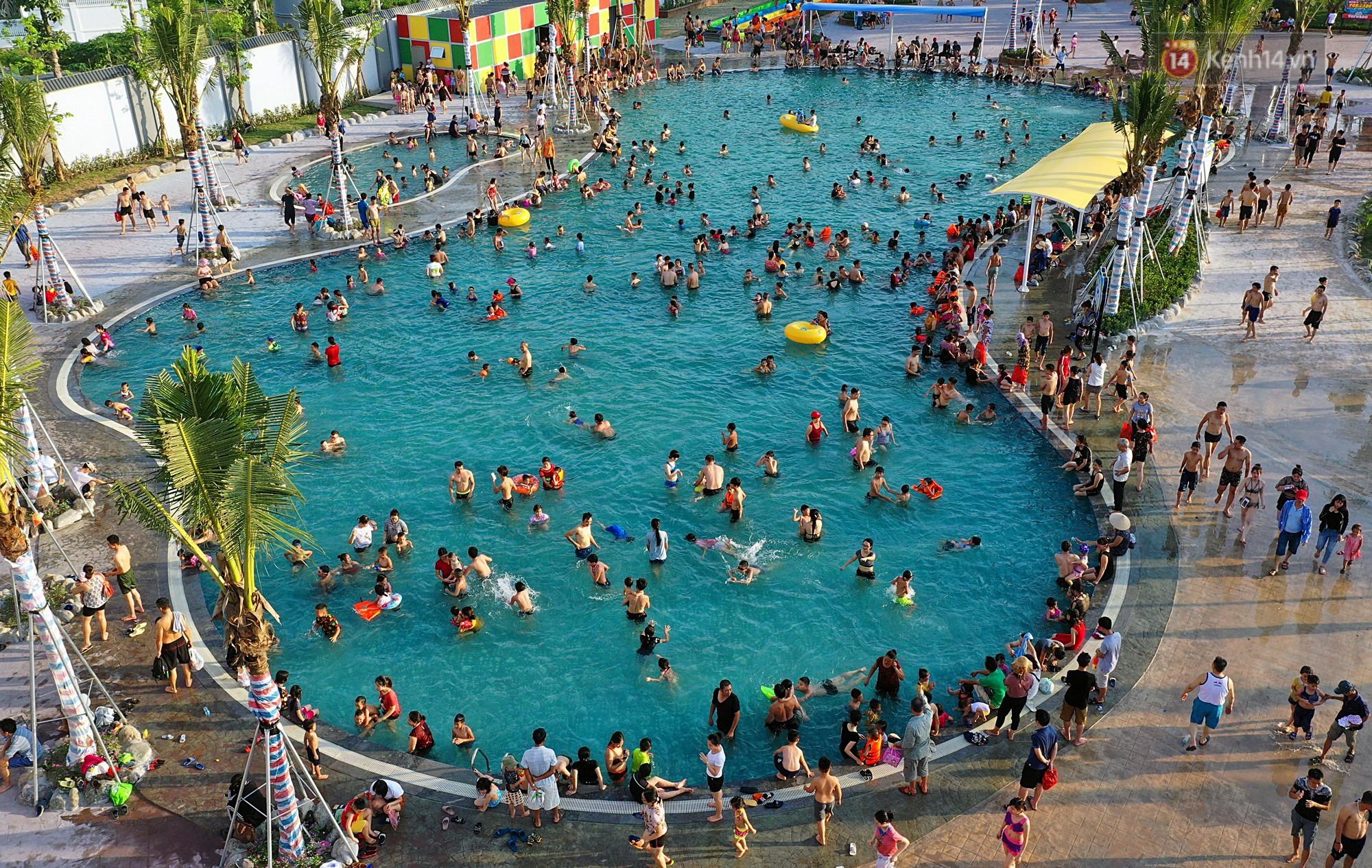 Lượng khách đổ về công viên nước hiện đại nhất Thủ đô tăng đột biến vào buổi chiều ngày khai trương - Ảnh 16.