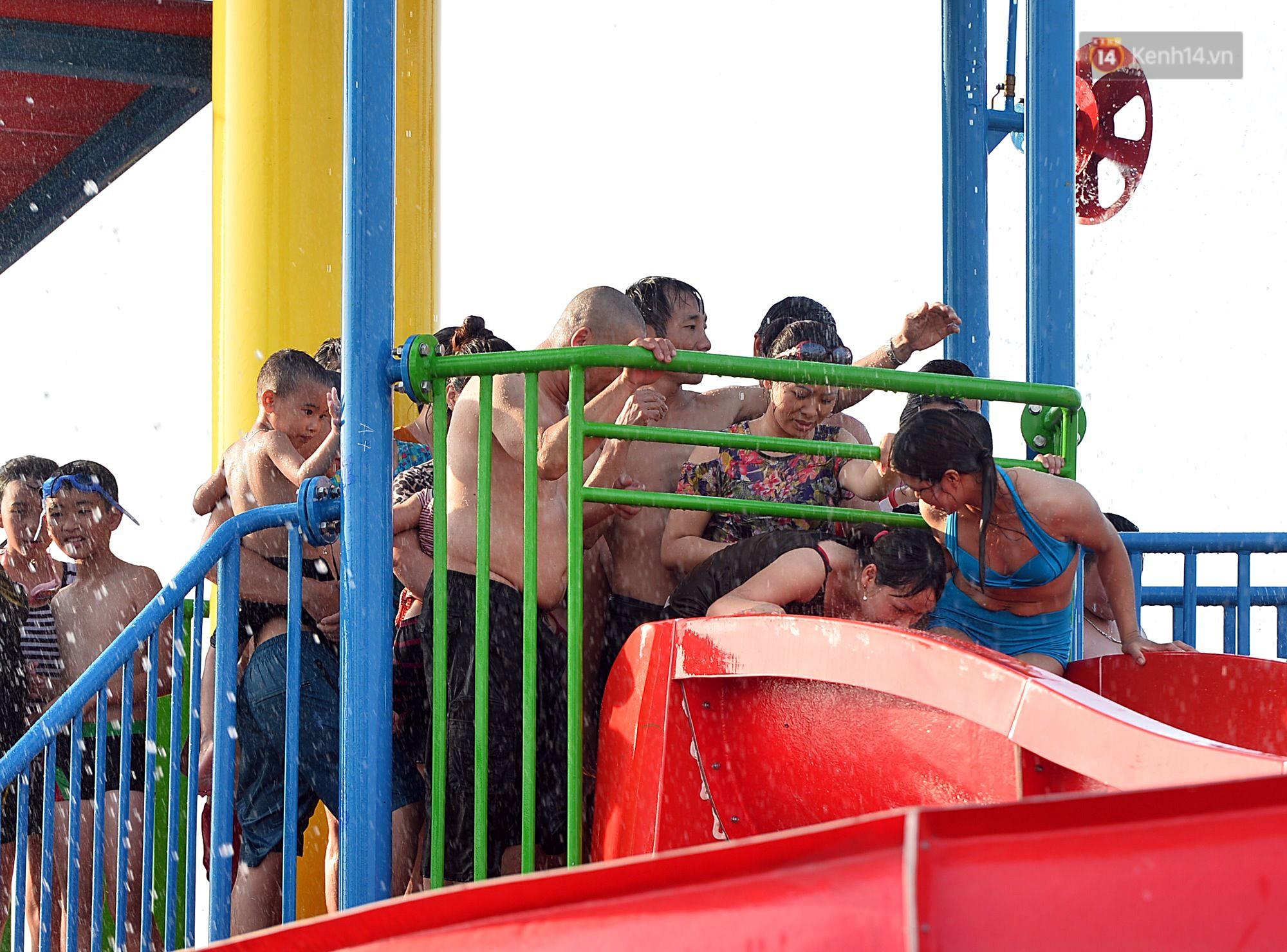 Lượng khách đổ về công viên nước hiện đại nhất Thủ đô tăng đột biến vào buổi chiều ngày khai trương - Ảnh 8.