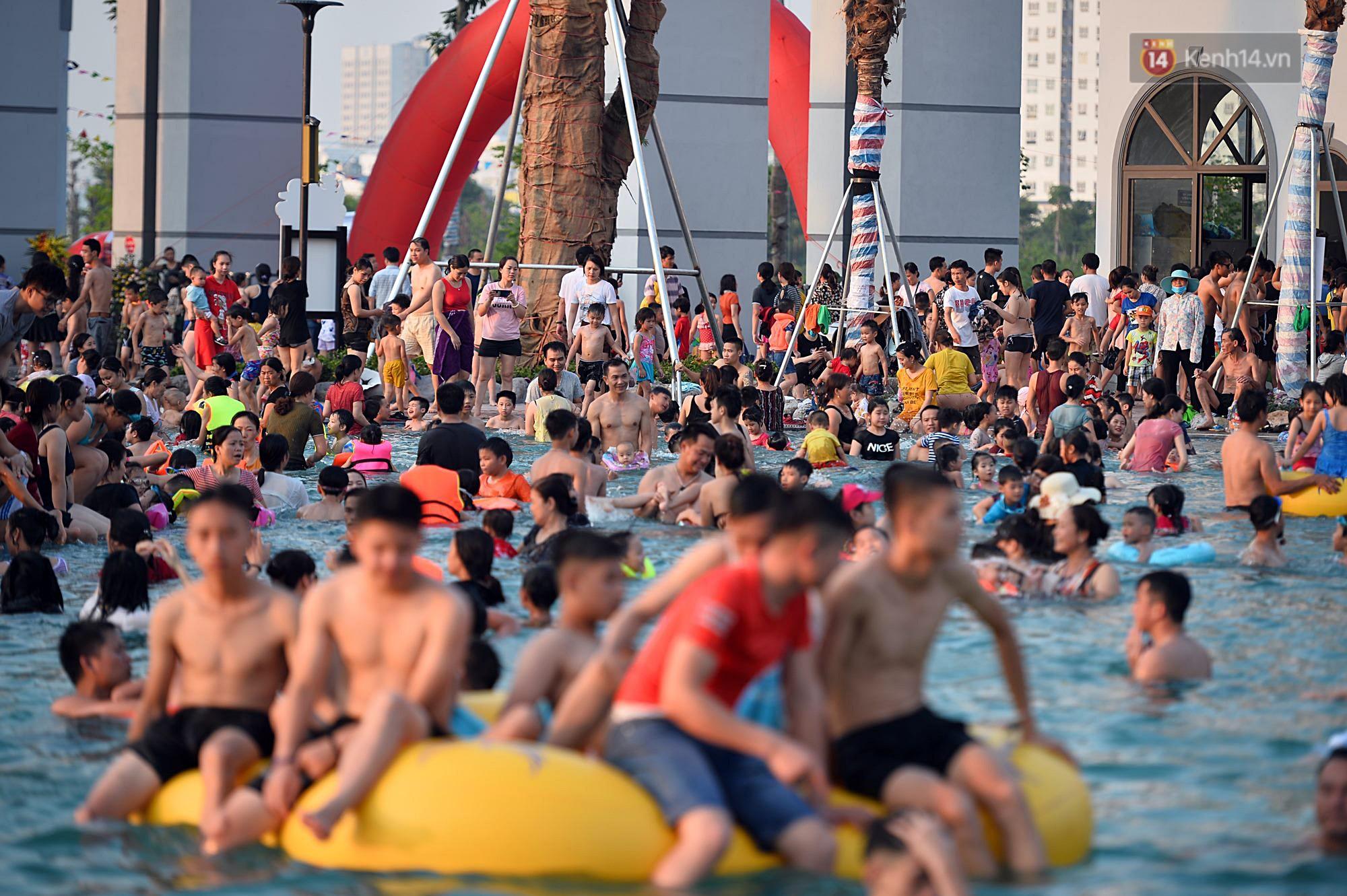 Lượng khách đổ về công viên nước hiện đại nhất Thủ đô tăng đột biến vào buổi chiều ngày khai trương - Ảnh 1.