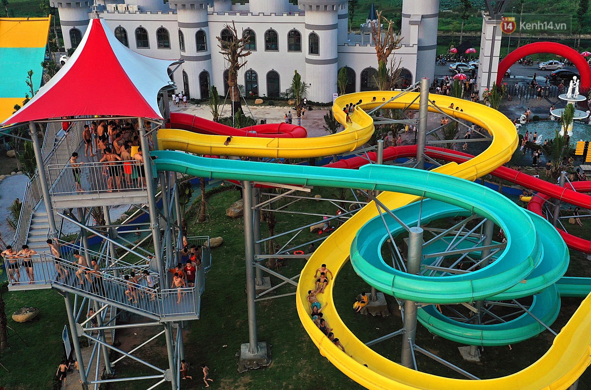 Lượng khách đổ về công viên nước hiện đại nhất Thủ đô tăng đột biến vào buổi chiều ngày khai trương - Ảnh 12.