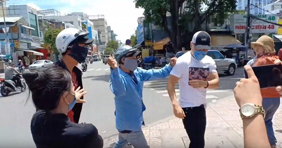 Nhân chứng vụ diễn viên Bảo Lâm bị đánh khi phát cơm từ thiện: Tôi chạy tới can thì bọn họ bảo đang diễn để quay phim chú ơi - Ảnh 5.
