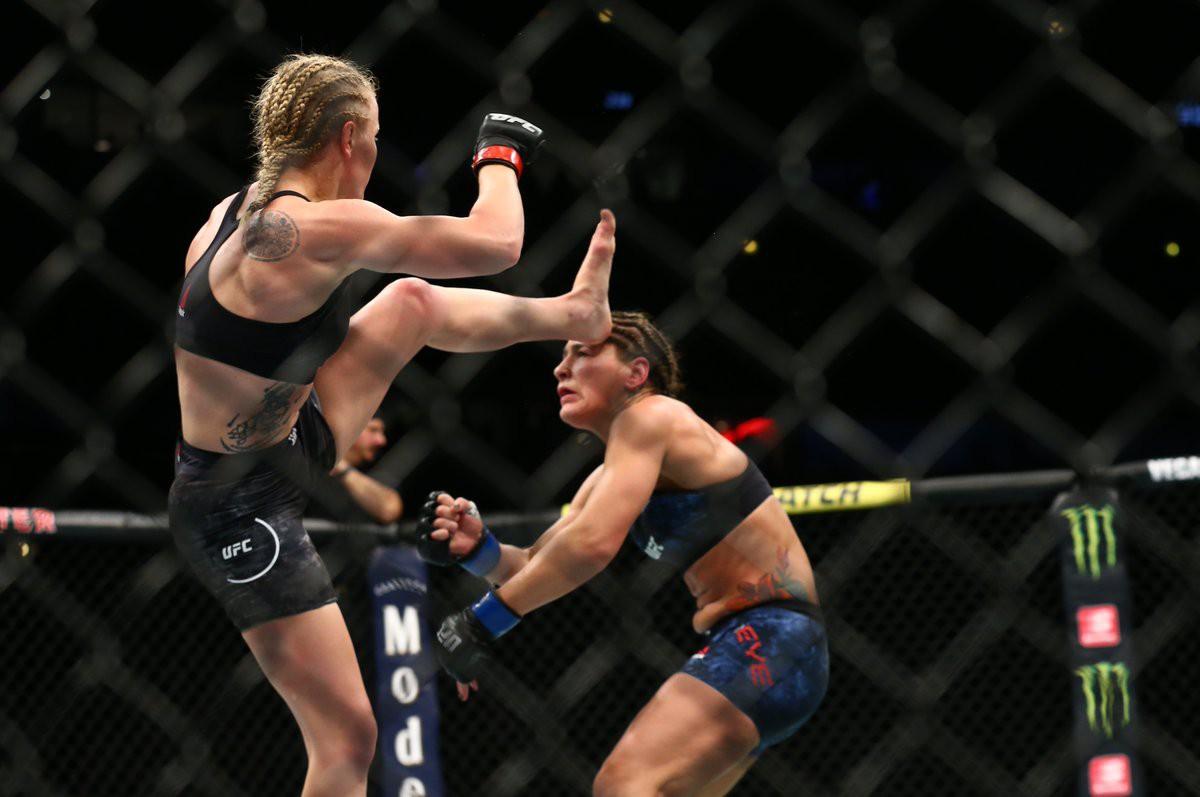 Troll đối thủ cực mạnh bằng việc mặc áo chống đạn, nữ võ sĩ gặp cái kết đắng lòng - Ảnh 3.