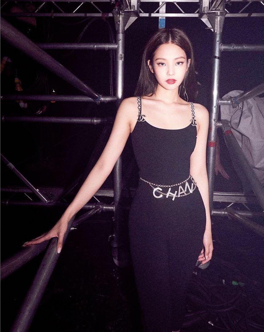 Diện set đồ Chanel na ná Jennie (Black Pink), Ngọc Trinh có lấn át được chút nào? - Ảnh 3.