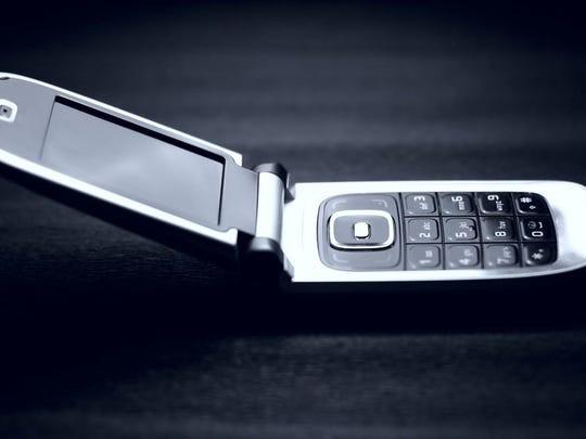 Nhận 23 triệu free nếu bỏ smartphone 1 tuần và dùng điện thoại nắp gập, bạn có dám không? - Ảnh 1.
