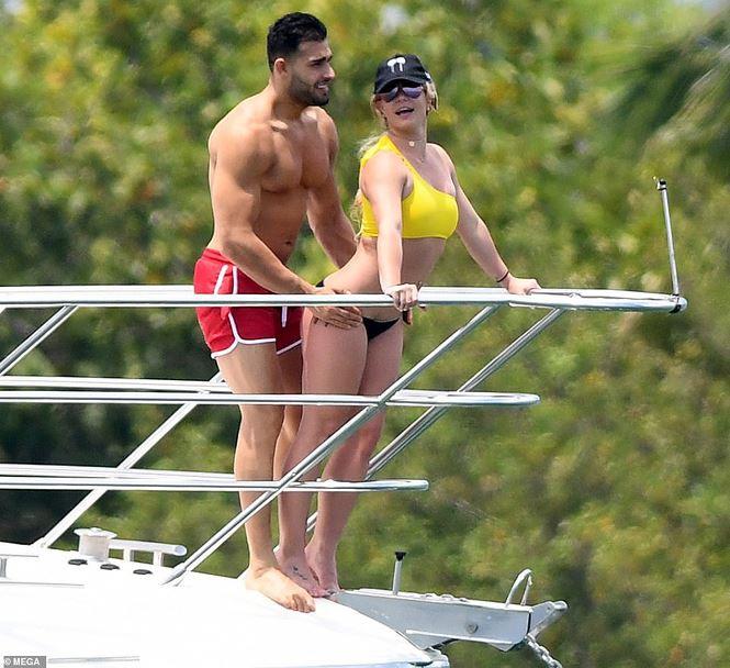 Britney Spears diện áo tắm cùng tình trẻ kém 12 tuổi tái hiện cảnh Titanic - Ảnh 1.