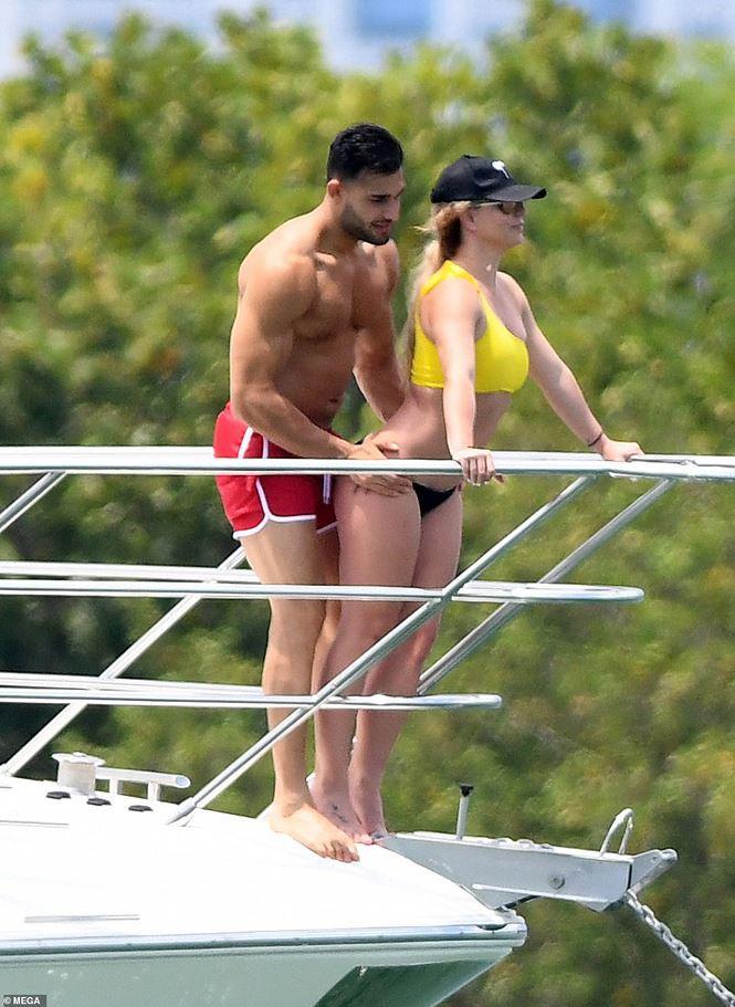 Britney Spears diện áo tắm cùng tình trẻ kém 12 tuổi tái hiện cảnh Titanic - Ảnh 2.